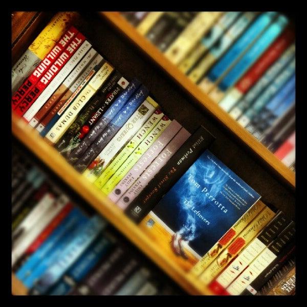 Foto tirada no(a) Politics & Prose Bookstore por Martin K. em 8/19/2012