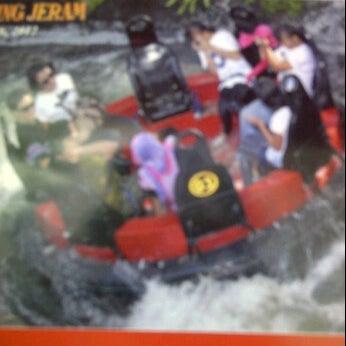 Foto scattata a Wahana Arung Jeram (River Raft Ride) da \̽▴̲̊̽▴̲̊̽̽▴̲̊̽/̽ Sĩƞ†α ßeặuτ¡fûl| \̽▴̲̊̽▴̲̊̽̽▴̲̊̽/̽ il 3/26/2012