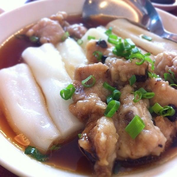 Photo taken at Crystal Jade Kitchen 翡翠小厨 by CoolNerd on 12/6/2011