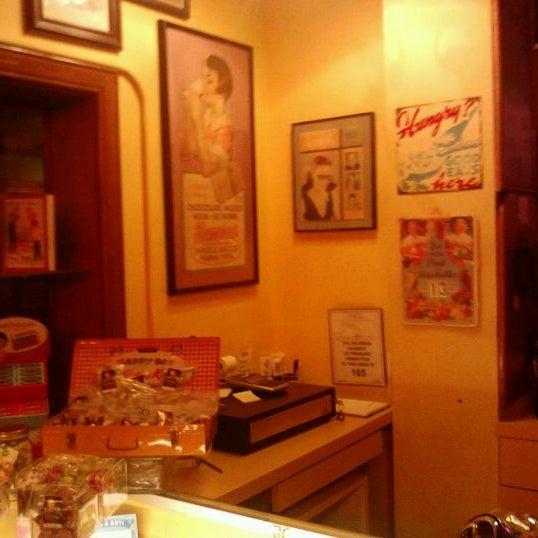 Снимок сделан в Annie's Cafe & Bar пользователем Anthony A. 1/14/2012