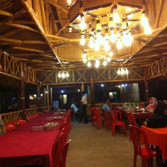 Photo taken at Aroma Ikan Bakar by Raull G. on 4/7/2012