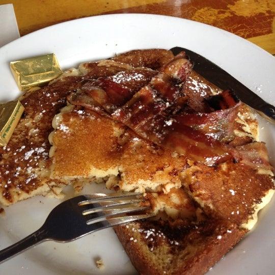 Photo taken at Silk City Diner Bar & Lounge by Ajua H. on 8/19/2012