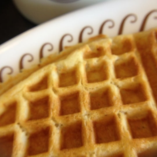 Photo taken at Waffle House by Beatriz R. on 7/15/2012