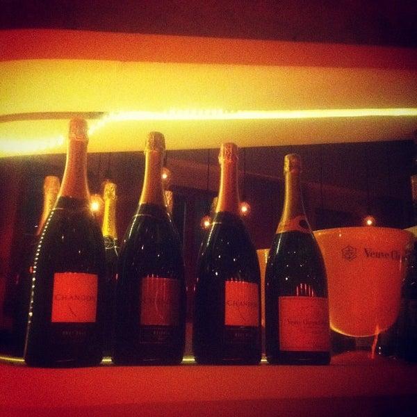 Foto tirada no(a) Meza Bar por Suzana T. em 2/24/2012