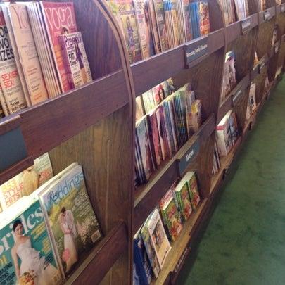 รูปภาพถ่ายที่ Tattered Cover Bookstore โดย Alex B. เมื่อ 8/4/2012