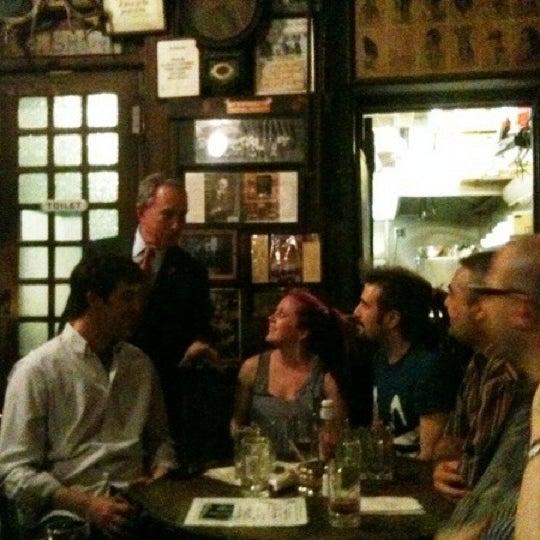 Photo prise au McSorley's Old Ale House par rosie (. le3/8/2011