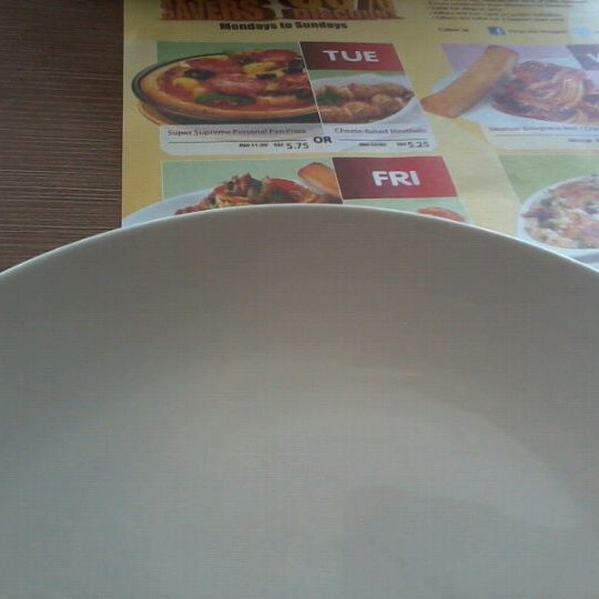 Photo taken at Pizza Hut by Korawk A. on 3/12/2012