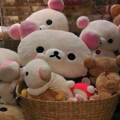 รูปภาพถ่ายที่ Kinokuniya Bookstore โดย Aileen P. เมื่อ 11/9/2011