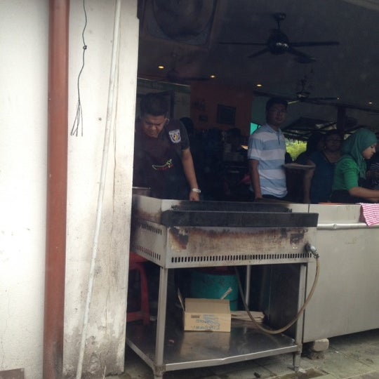 Photo taken at Restoran Sambal Hijau by Johan Affendi J. on 5/6/2012
