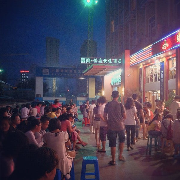 Photo taken at 小眼镜海鲜大排档 by Lin J. on 8/17/2012