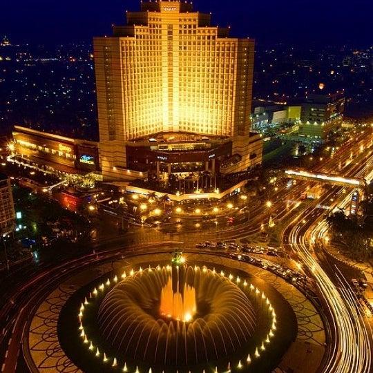 Photo taken at Bundaran Hotel Indonesia (Monumen Selamat Datang) by Stella T. on 4/8/2011