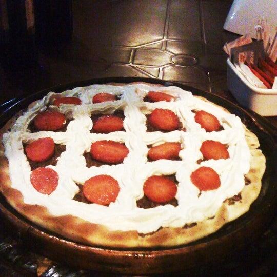 Pizza, chantily, chocolate e morango... Não êh muito doce
