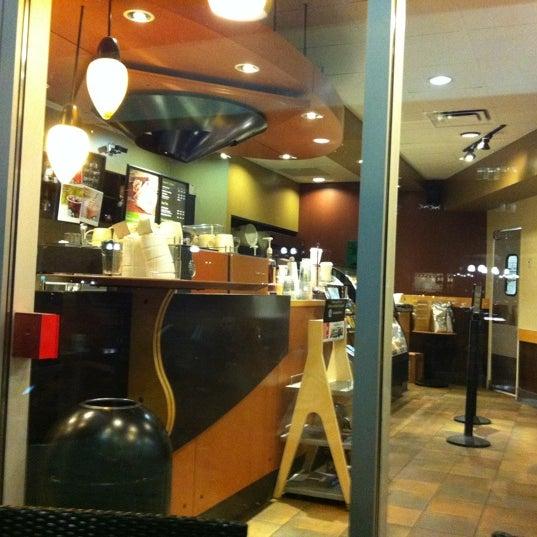 รูปภาพถ่ายที่ Starbucks โดย Denis K. เมื่อ 9/5/2011