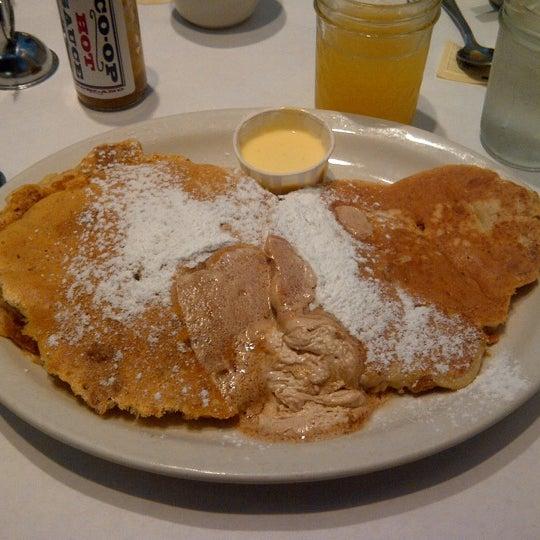 Снимок сделан в Southport Grocery & Cafe пользователем Cassidy C. 6/25/2012