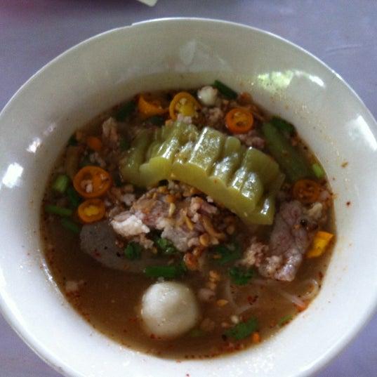 Photo taken at ร้านติ๊ด ผัดไทกุ้งสด by Gunn T. on 8/9/2012