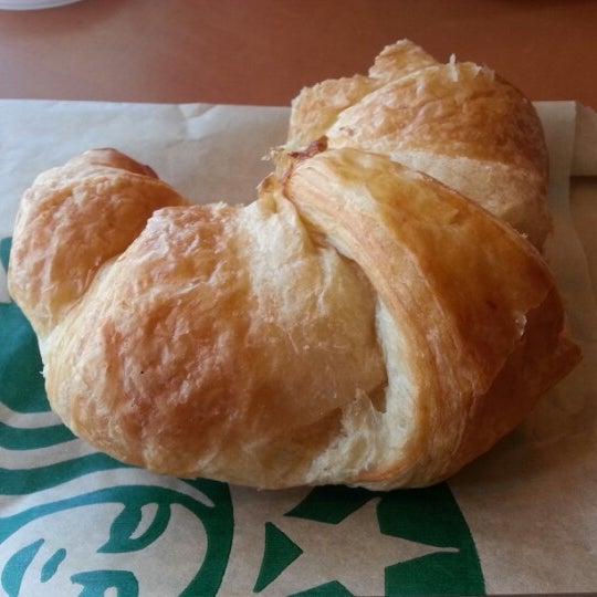 รูปภาพถ่ายที่ Starbucks โดย Tim E. เมื่อ 7/31/2012