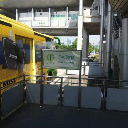 นักเรียนในเครื่องแบบ ขึ้นรถบีอาร์ที ฟรี!!!! นักศึกษา 7 บาท รับคูปองได้ที่ห้องจำหน่ายตั๋ว บนสถานีนะค้าฟ