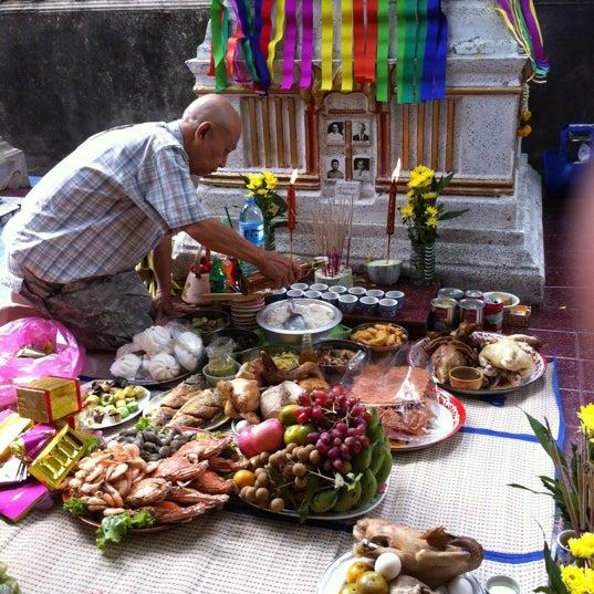 Photo taken at วัดหิรัญรูจีวรวิหาร (วัดน้อย) Wat Hiran Ruchi Worawihan (Wat Noi) by auraeng c. on 3/25/2012