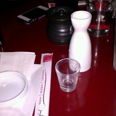Foto tomada en Red Koi Thai & Sushi Lounge por Gloria Z. el 12/30/2011