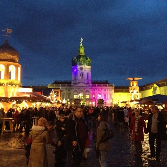 Photo taken at Weihnachtsmarkt vor dem Schloss Charlottenburg by Thomas Z. on 12/4/2011
