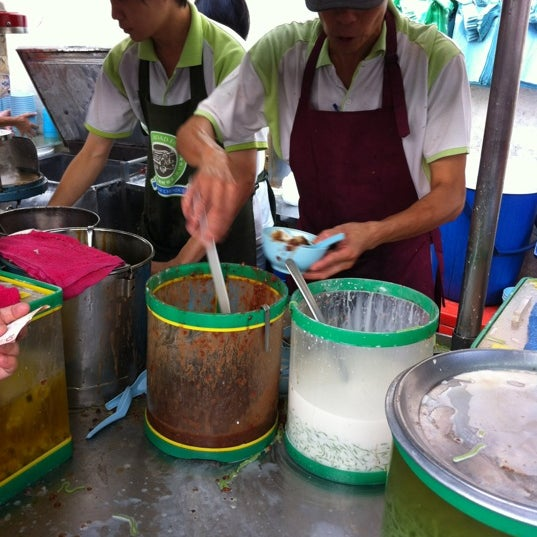 Photo taken at Penang Road Famous Teochew Chendul (Tan) by Emily Y. on 12/26/2011