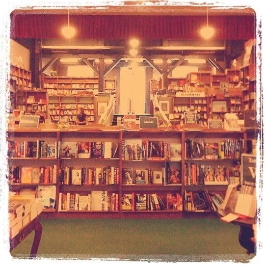 รูปภาพถ่ายที่ Tattered Cover Bookstore โดย Abigail S. เมื่อ 4/29/2012