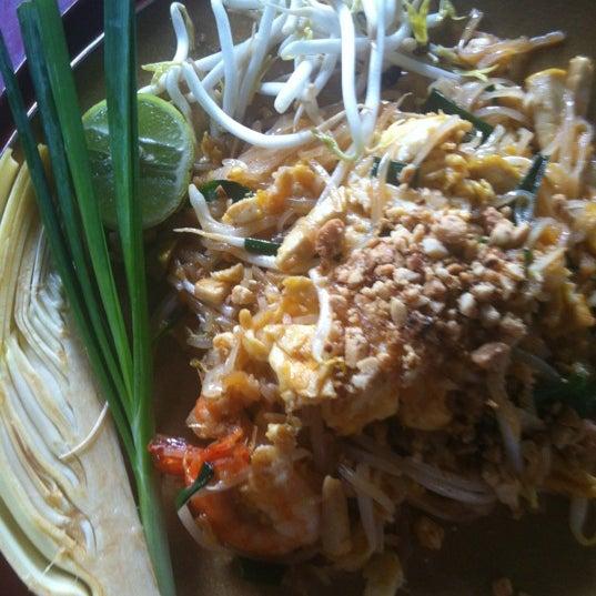 Photo taken at ร้านติ๊ด ผัดไทกุ้งสด by Beautiful H. on 9/4/2012
