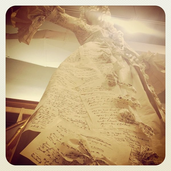 Foto tomada en Drama Book Shop por Megan C. el 2/11/2012