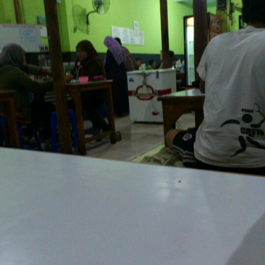 Photo taken at Warung Penyet Lesehan Mas Pur 3 by Sbastian B. on 5/21/2012