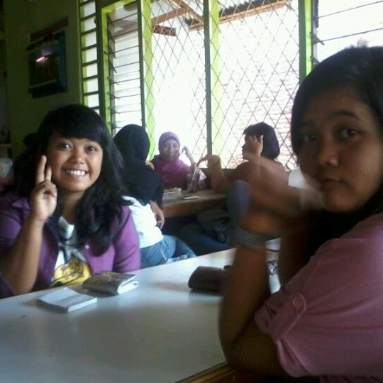Photo taken at Warung Penyet Lesehan Mas Pur 3 by riri w. on 5/25/2012