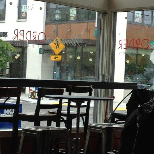 5/31/2012 tarihinde Jewel R.ziyaretçi tarafından Random Order Pie Bar'de çekilen fotoğraf