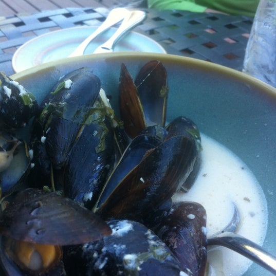 Be sure to order the curry mussel appetizer... Delicious!