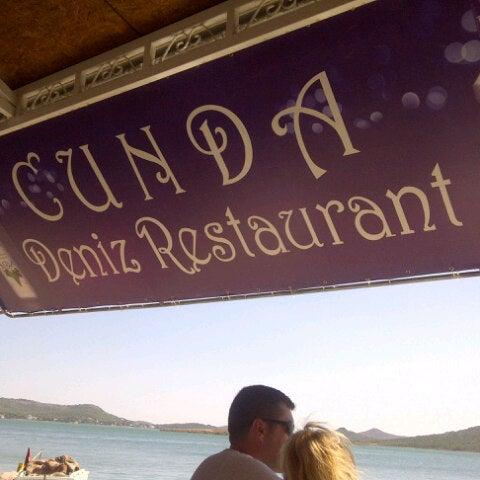 8/20/2012 tarihinde Hande Y.ziyaretçi tarafından Cunda Deniz Restaurant'de çekilen fotoğraf