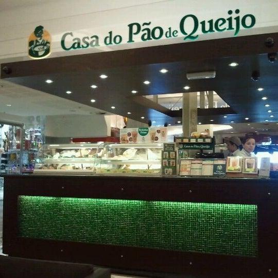 Photo taken at Casa do Pão de Queijo by Hiroshi Humberto H. on 10/8/2011