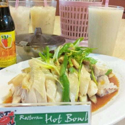 Photo taken at Hot Bowl Nyonya Delights by Owen S. on 3/25/2012