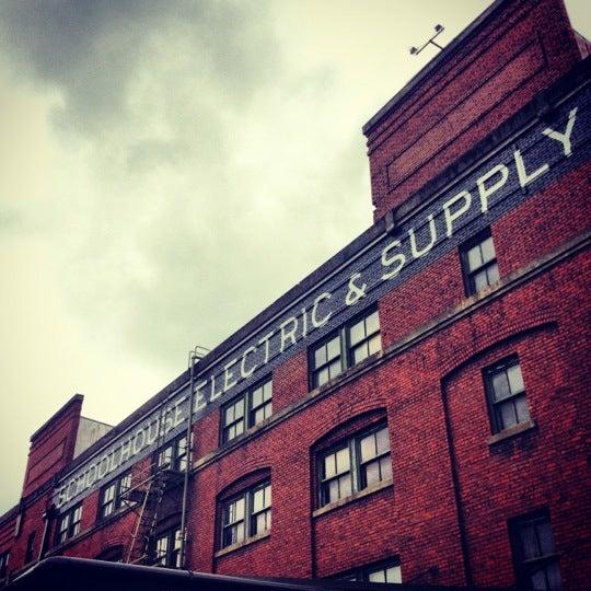 5/26/2012 tarihinde William K.ziyaretçi tarafından Schoolhouse Electric & Supply Co.'de çekilen fotoğraf