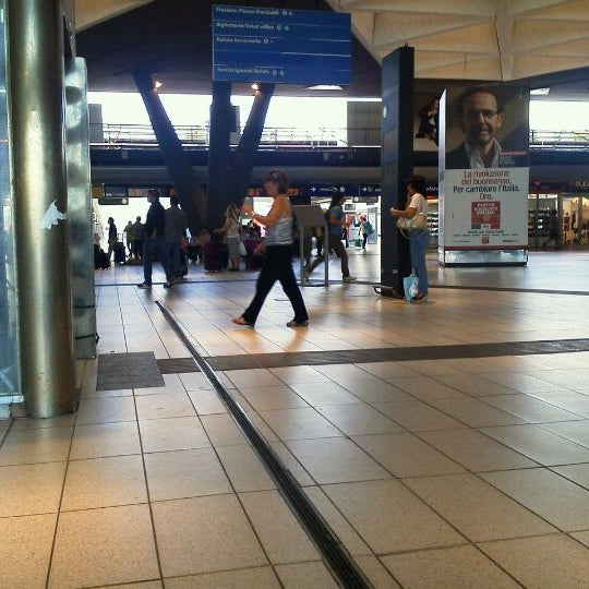 Photo taken at Napoli Centrale Railway Station (INP) by 瀧 一郎 on 9/15/2011