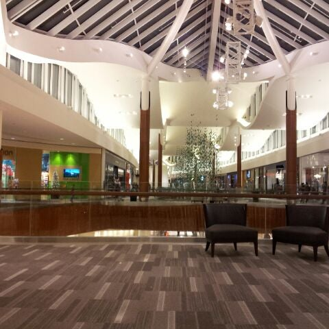It's a five-minute walk to Natick Mall where you'll find extensive shopping. There are plenty of restaurants nearby as well. There are plenty of restaurants nearby as well. This is a good location from which to explore Lexington and Concord.