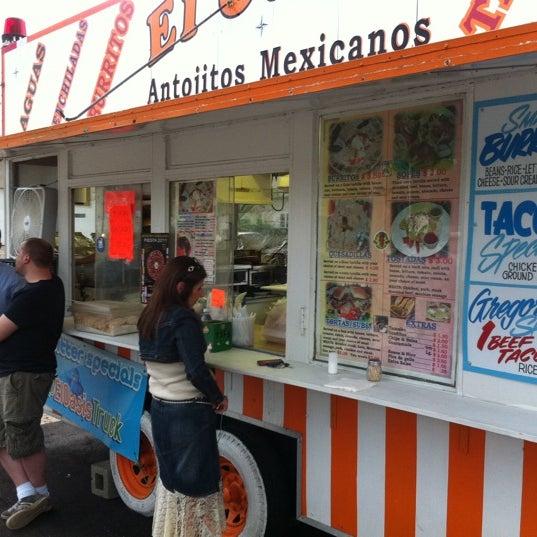 Foto tomada en El Oasis Taco Truck por Ryan J. el 5/13/2011