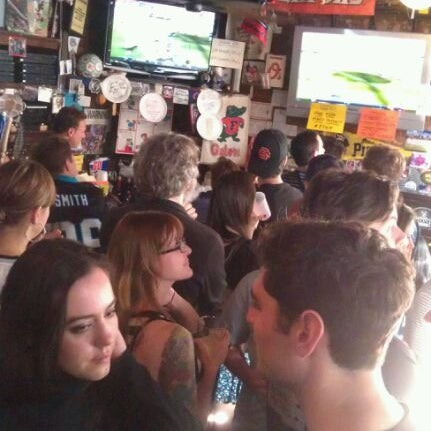 Photo taken at Standings by Raul J. on 9/18/2011
