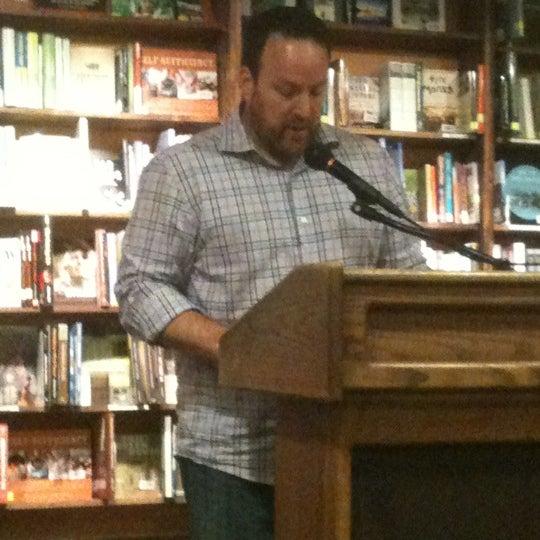 รูปภาพถ่ายที่ Tattered Cover Bookstore โดย Jeremy B. เมื่อ 6/19/2012