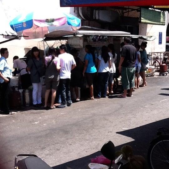 Photo taken at Penang Road Famous Teochew Chendul (Tan) by IVan L. on 7/17/2011
