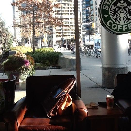 รูปภาพถ่ายที่ Starbucks โดย Georgina B. เมื่อ 1/5/2012