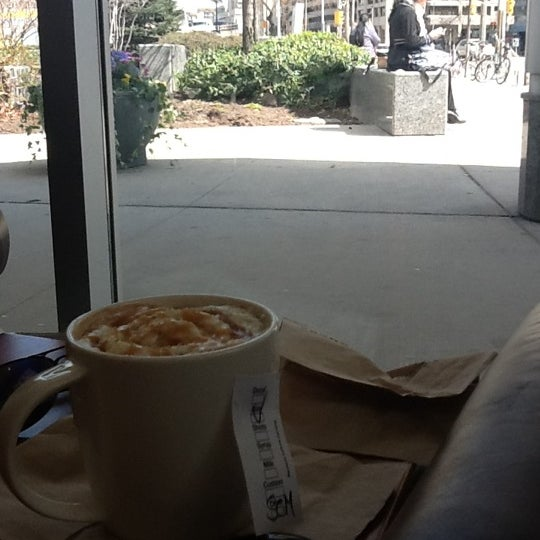 รูปภาพถ่ายที่ Starbucks โดย Georgina B. เมื่อ 4/4/2012