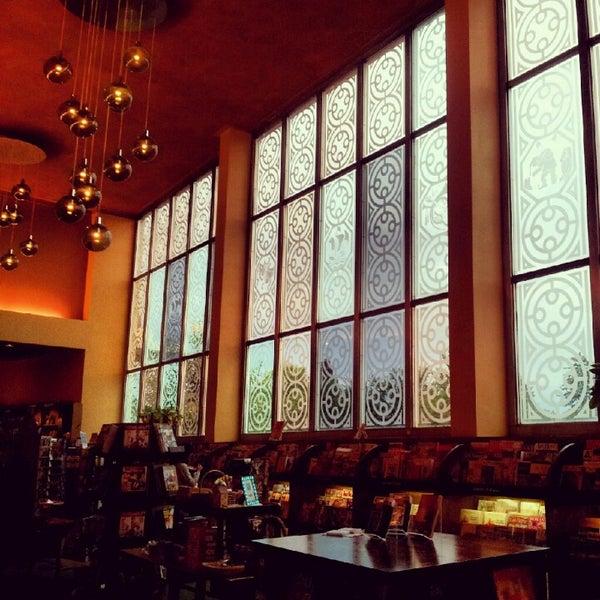 รูปภาพถ่ายที่ Tattered Cover Bookstore โดย Ginny K. เมื่อ 7/7/2012