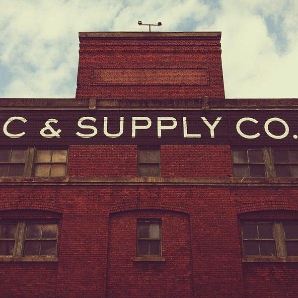 6/9/2012 tarihinde Jeff W.ziyaretçi tarafından Schoolhouse Electric & Supply Co.'de çekilen fotoğraf