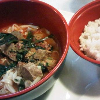 Foto tomada en Beef & Sushi por Frida P. el 2/14/2012