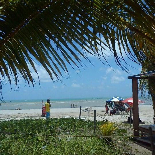 Foto tirada no(a) Praia de Paripueira por Karen C. em 1/26/2012