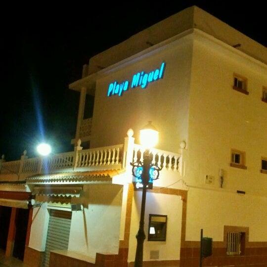 Foto tomada en Playa Miguel Beach Club por Juan V. el 1/18/2012