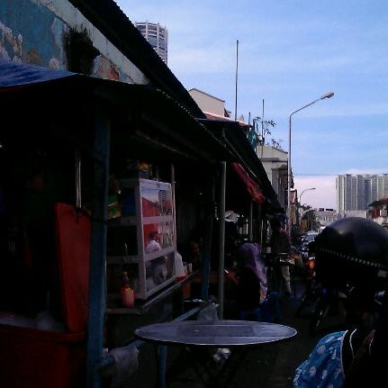 Photo taken at Roti Canai Transfer Rd. by Fawirul A. on 1/29/2012